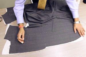 全ての土台となる台芯部分には、ソフト芯を使用。その芯地の上にジャケットを据え、歪みが出ない様に芯据えを行います。縫いに強弱をつけた独特なハ刺し手法で生地と芯地の間にわずかな空間を作り出し歪みをおさえます。