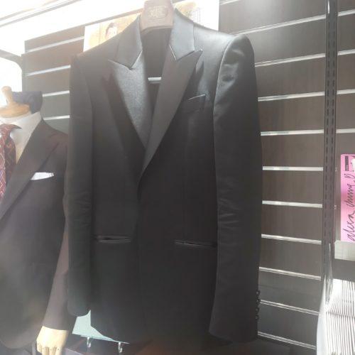 DSC 0204 500x500 - 黒スーツの魅力-スタッフの新しい一着-