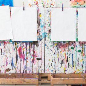 blank paper on paint easel 280x280 - 春先取り、ペールカラー楽しんでみません?