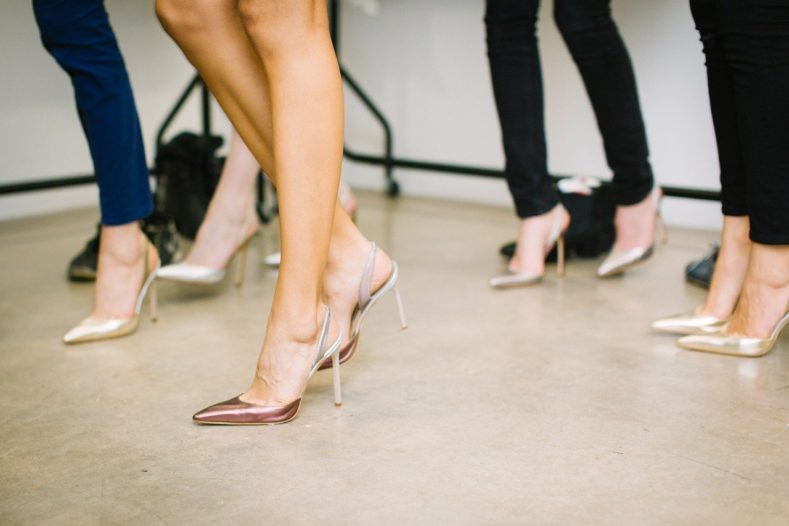 feet 1840937 1280 789x526 - 女性のスーツ姿は靴で決まる