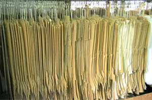 数百種類の型紙、モデルの中から全てのお客様に対応できる様、型紙のグレーディング、体のクセなど補正をしていきます。