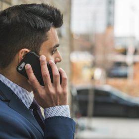 man talking on cellphone 280x280 - ドラマのスーツスタイル−BG 身辺警護人−