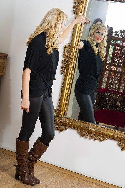 mirror 1464840 640 - スーツが与える見た目の印象