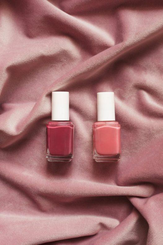 two nail polishes on pink 526x789 - 春先取り、ペールカラー楽しんでみません?