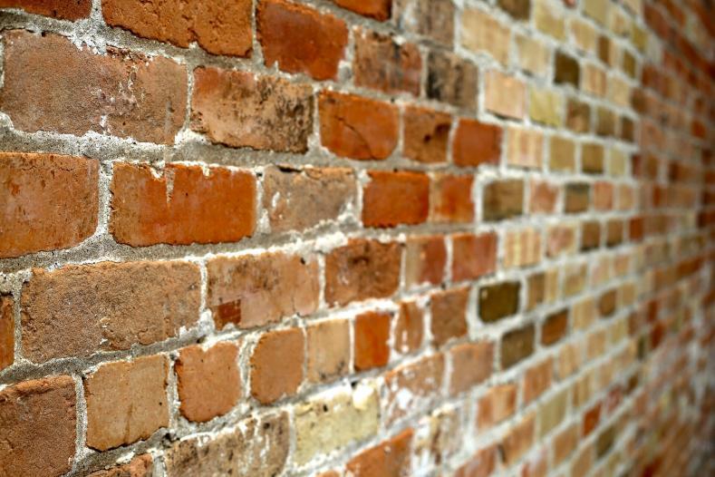 wall of bricks 445604 1920 789x526 - コットンスーツも『クラシック』と『英国調』で着こなします。